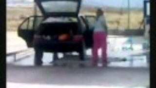 Blondynka myje auto...