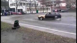 Drift BMW na szkolnym boisku