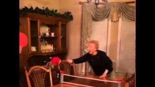 Nie graj z babcią w ping ponga!
