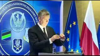 Polski minister obrony nie odróżnia mikrofonu od lampki