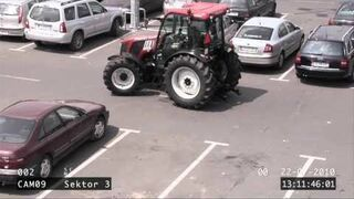 Kobieta parkuje pod TESCO traktorem