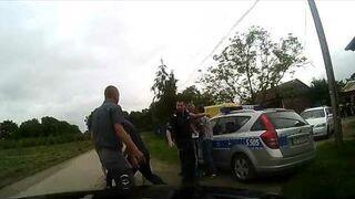 Pobili go przed radiowozem. Policjanci nic nie zrobili!