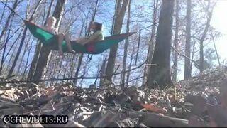 Jak pech, to pech. Dziewczyny na hamaku w lesie.