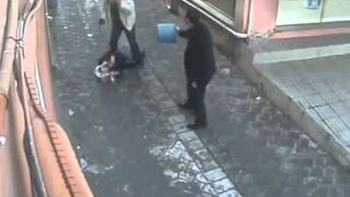 Człowiek wbija żoną w ulicy Ponieważ poprosiła go o rozwód