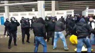 Chuligan nokautuje kolegę podczas starć z policją. Niemcy