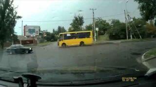 Popisowy manewr na skrzyżowaniu. BMW
