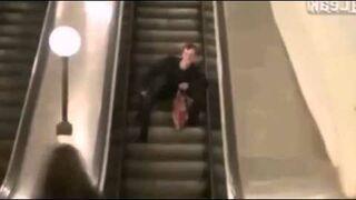 Facet pierwszy raz na ruchomych schodach
