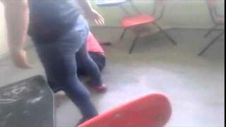 Zazdrosna żona pobiła nauczycielkę w klasie na oczach uczniów.