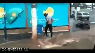 Deszczówka w Brazylii porywa motocyklistę
