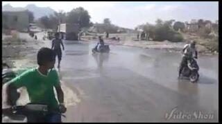 Tak siękręci beczki na skuterach w Arabii