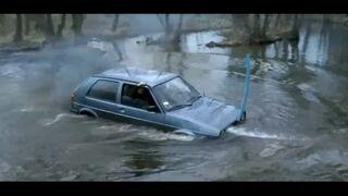 Volkswagenem Golfem przez rzekę