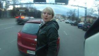 Zaparkowała na środku drogi!