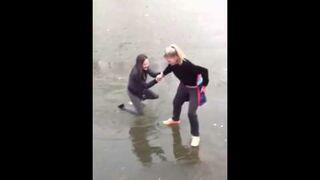 Rosjanki tańczą na lodzie