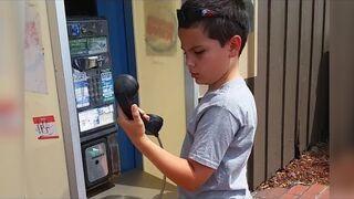 Pierwszy raz w życiu zobaczył budkę telefoniczną