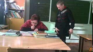 Patologia w szkole! Jak uczeń odbiera zeszyt od nauczyciela...