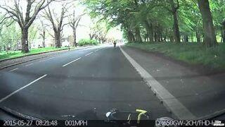 Rowerzysta wpada na zaparkowany samochód