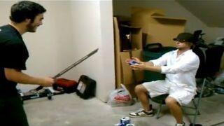 Przecinanie puszki przez samuraja po pijaku